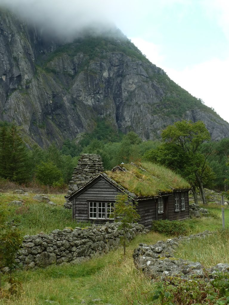 Grass-covered hut in Eidfjord / Norway